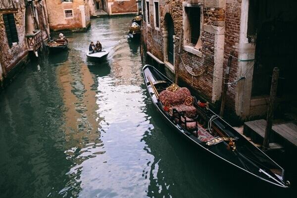 kaboompics.com_View on gondola boat in Venice