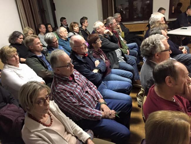 Großer Andrang: Etwa 40 Neuschlößer verfolgen zunächst die offizielle, letzte Sitzung des Ortsbeirats - und diskutieren dann über die Bürgerkammer.