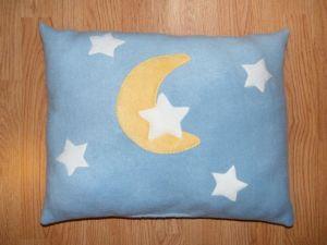 Hold csillagokkal világoskék alapon