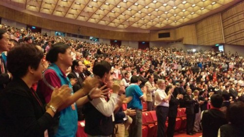 國民黨臨時中全會上,以鼓掌方式通過朱立倫選總統。 圖片來源:自由時報