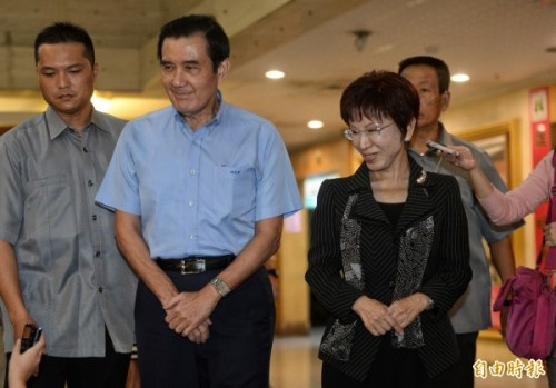 國民黨主席洪秀柱與前總統馬英九的互動耐人尋味。  圖片來源:自由時報