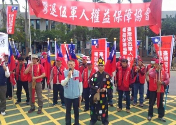 退伍軍人抗議年金改革。 圖片來源:東網