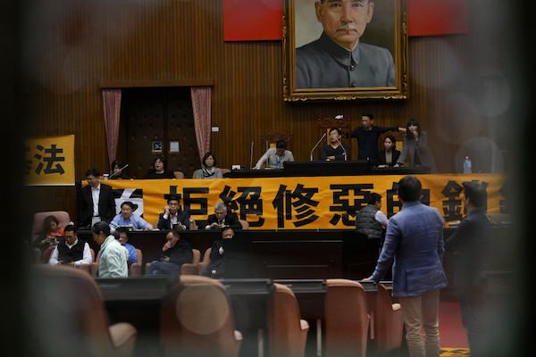 時代力量以鐵鍊自鎖,遭民進黨突破。 圖片來源:民報