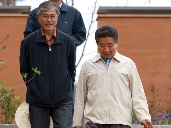 南韓總統文在寅當時與前總統盧武鉉的合影。 圖片來源:多維新聞