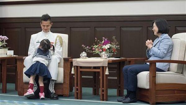 小女孩在總統接見時到處跑,被正義魔人鞭「沒家教」。 圖片來源:三立新聞
