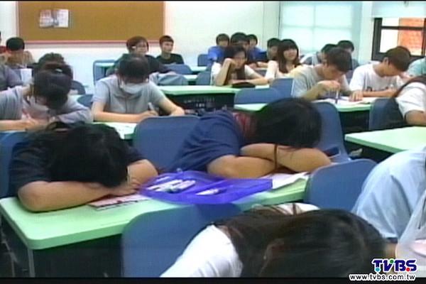 甄試上的同學在教室裡就沒事做。 圖片來源:TVBS