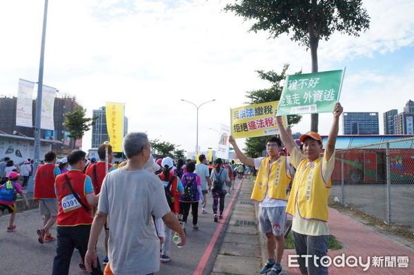 財政部辦路跑遭法稅改革聯盟抗議。 圖片來源:東森新聞雲