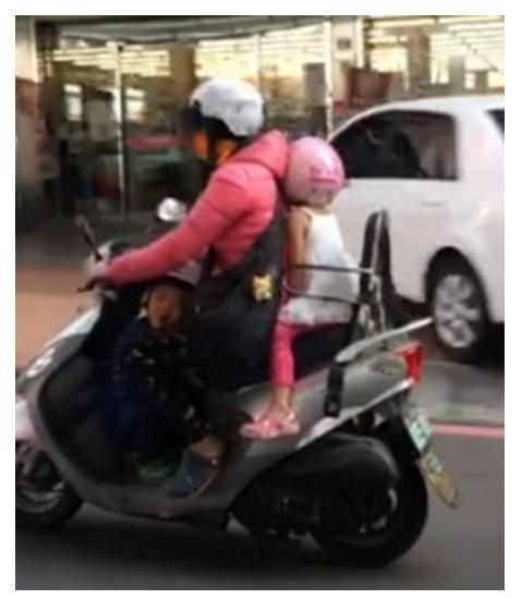 媽媽後座小女孩只穿吊嘎。 圖片來源:媽媽經學知識