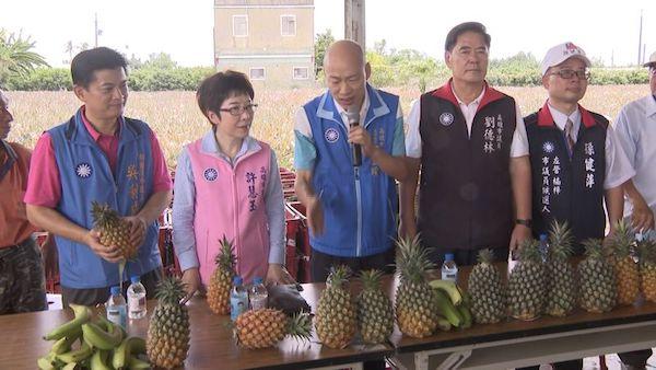 韓國瑜協助果農賣水果。 圖片來源:民視