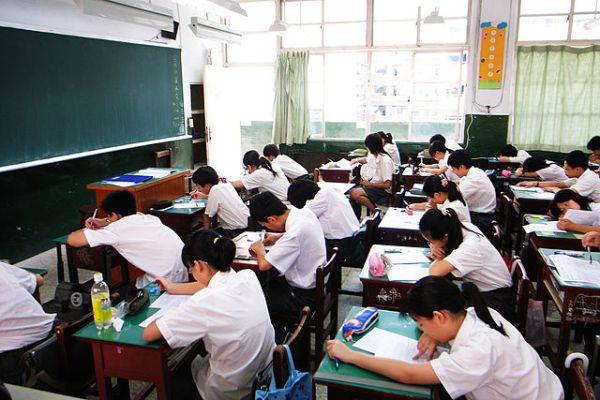 台灣的中學生依舊有著升學考試的壓力。 圖片來源:維基百科