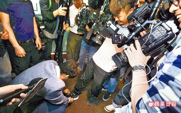 郭台銘彎腰幫記者繫鞋帶。 圖片來源:蘋果日報