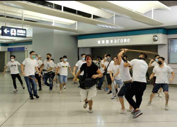 香港元朗發生白衣人襲擊反送中民眾事件。 圖片來源:Twitter@WilsonLeungWS