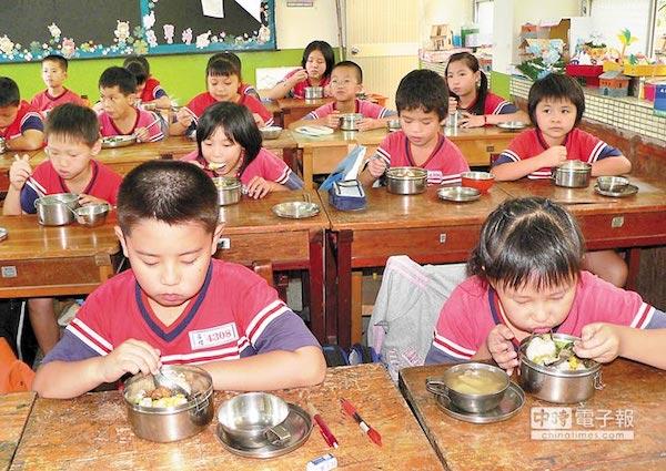 「吃完午餐再離校」政策,各方意見不同。 圖片來源:中時電子報