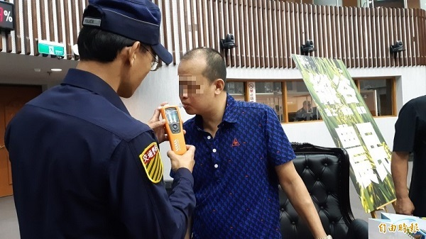 男子騎機車酒後撞車,稱吃安眠藥酒駕獲判無罪。 圖片來源:自由時報