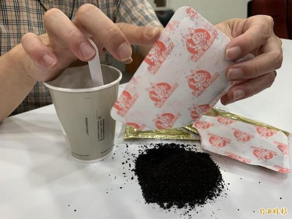 台中失智翁誤將暖暖包當芝麻糊吃下肚。 圖片來源:自由時報