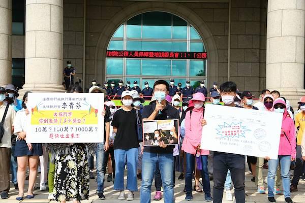 六旬志工舉牌卻遭警察帶走漏夜偵訊,警察國家再現? 圖片來源:東台灣新聞網