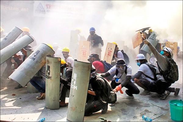 緬甸軍方血腥鎮壓民眾抗議行動。 圖片來源:自由時報