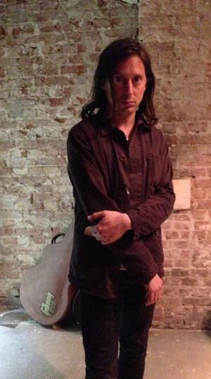 Hatte gar keine Ellbogenschmerzen und guckt nur fürs private Foto so: Ex- und Wieder-Libertine Carl Barât