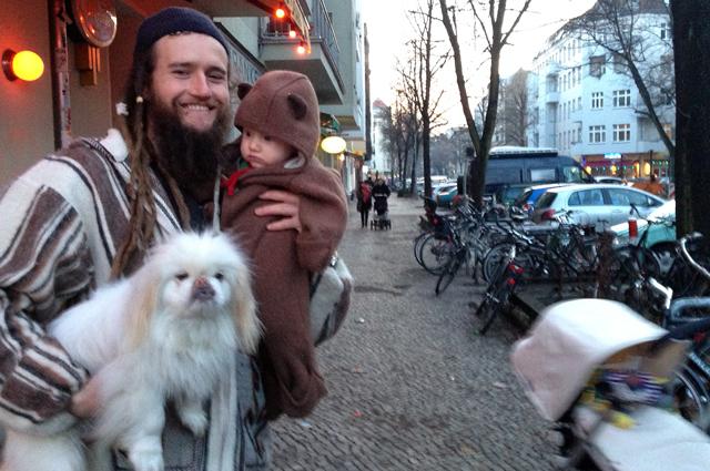 Jarrod mit Sohn Keano und Hund Fuchur gegenüber der Hobrechtbrücke zwischen Neukölln und Kreuzberg.