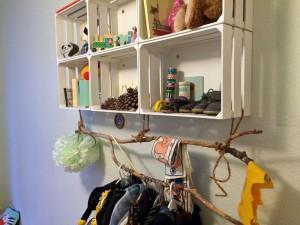 Wandregal, halbwegs selbstgebaut. Für Kinder noch in unerreichbarer Höhe.