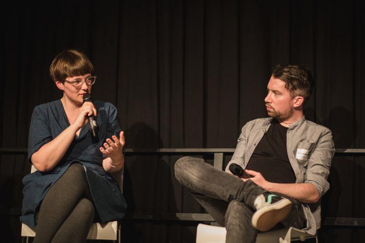 """Links im Bild: Mareice Kaiser auf der Blogfamilia 2016. Rechts: Ich, nach Besuch des Seminars """"Seriös wirken durch Gesichtsausdrücke"""" von einem Dozenten namens Derek Zoolander. (Foto: Carolin Weinkopf)"""