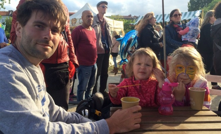 "Pause im Trubel: Manuel besucht mit seiner Familie den ""Kinderkarneval der Kulturen"" am 14. Mai 2016 in Berlin-Kreuzberg"