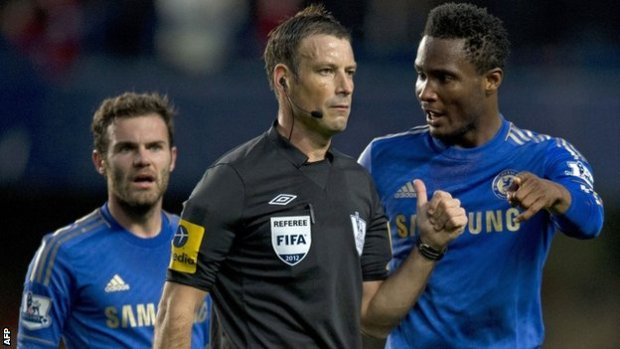 Chelsea's Jon Obi Mikel (l) complains to referee Mark Clattenburg