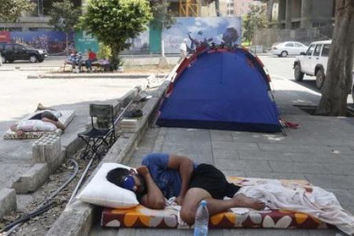 ناشط لبناني ينام وناشطون اخرون في الشارع في اضراب مفتوح عن الطعام للمطالبة باستقالة وزير البيئة على خلفية ازمة القمامة يوم الاحد. تصوير: محمد عزاكير - رويترز
