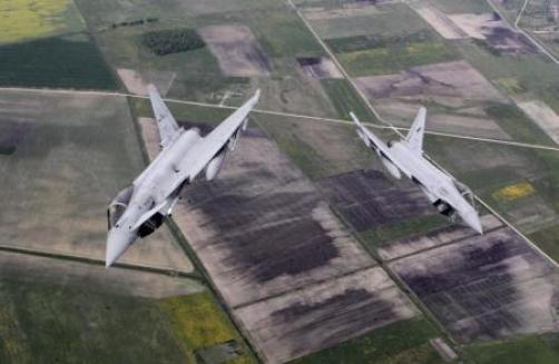 مقاتلتان يوروفايتر من القوات الجوية الايطالية في دورية فوق البلطيق يوم 20 مايو ايار 2015. تصوير اينتس كالنينس - رويترز