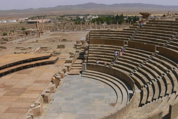 داخل المسرح الروماني في تيمقاد