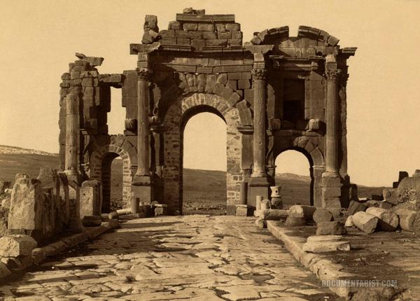 """""""قوس تراجان"""" حوالي عام 1890 خلال التنقيب عن مدينة تيمقاد"""