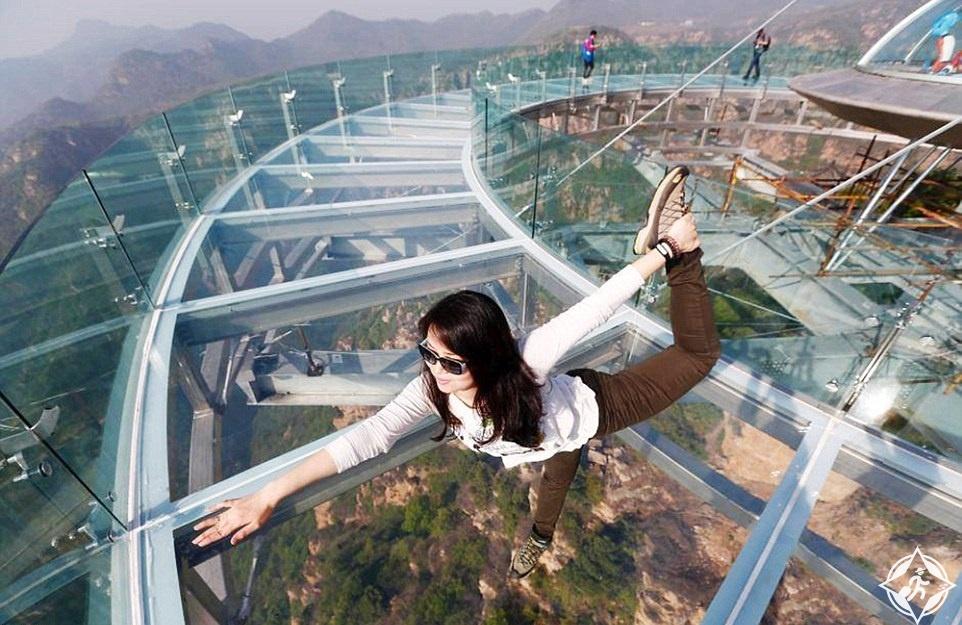 بالصور والفيديو.. الصين تفتتح أعلى منصة زجاجية في العالم