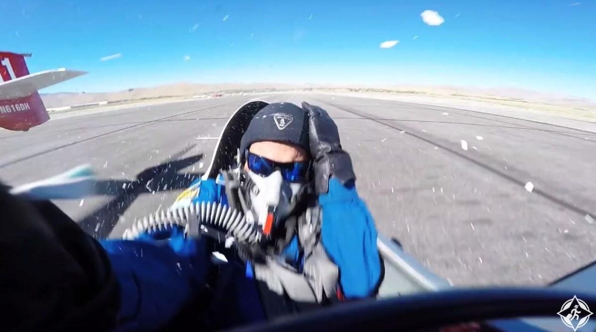 شاهد بالفيديو: جناح طائرة كاد أن يقطع رأس قائد طائرة أخرى
