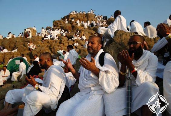 وقوف حجاج بيت الله الحرام بجبل عرفة