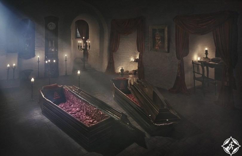 تخيل ماذا ستفعل إذا فزت بفرصة المبيت داخل توابيت قلعة دراكولا ؟  تخيل ماذا ستفعل إذا فزت بفرصة المبيت داخل توابيت قلعة دراكولا ؟