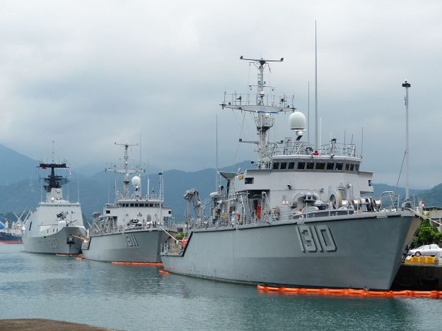 Two Taiwanese Osprey-class mine hunters in 2013. Photo via Wikipedia