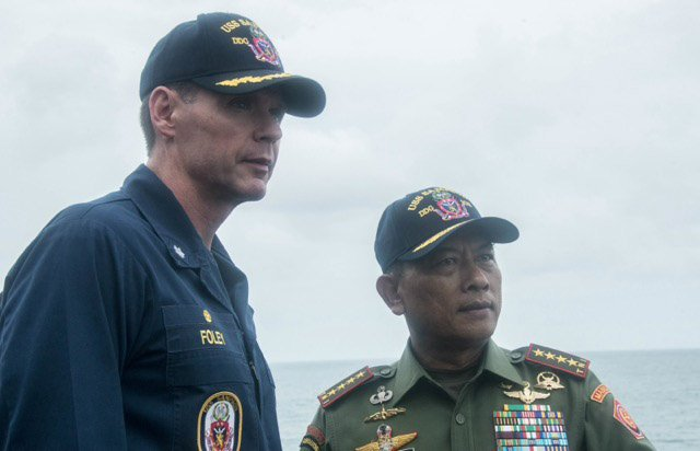 Cmdr. Steven Foley, left, commanding officer of the guided-missile destroyer USS Sampson (DDG 102), and Gen. Moeldoko, commander of the Indonesian national defense forces.