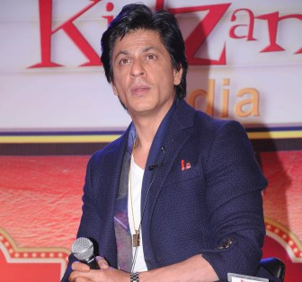 SRK detained at US airport, US diplomats apologize