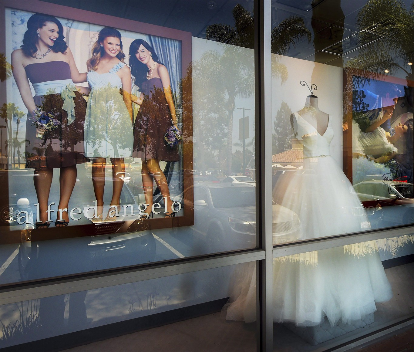 Liquidation World Toronto Canadian Brides To Be Scramble After Bridal Retailer Files