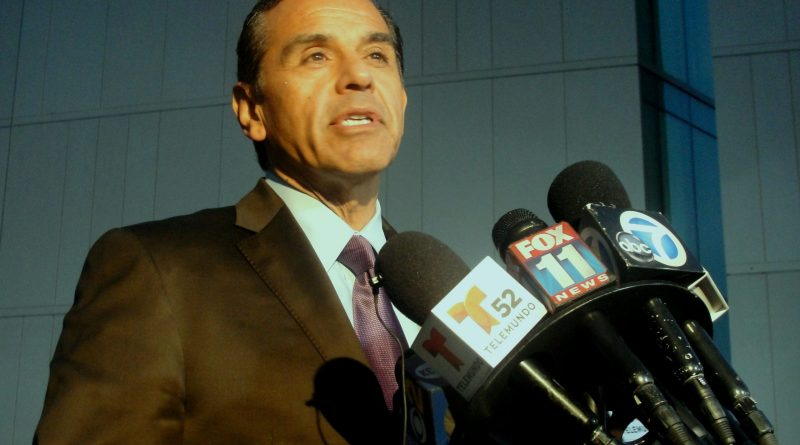 Los Angeles Mayor Antonio Villaraigosa at LAPD headquarters. Photo Credit: Dennis J. Freeman/News4usonline.com