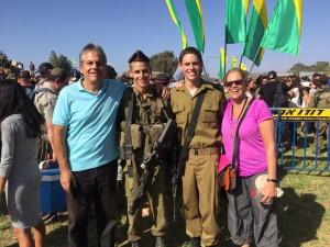גיורא עם בניו החיילים ואישתו