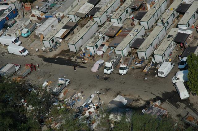 Sparatoria nel campo rom di via Candoni, tre persone ferite