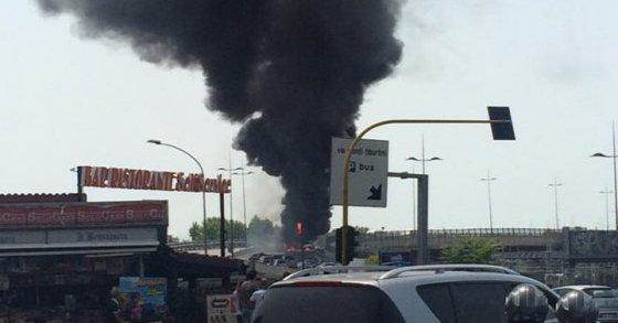 Bus in fiamme sulla tangenziale, strada chiusa e traffico in tilt