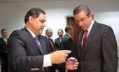 Francisco Torres, general sales manager for St. Jude Medical shows Gov. García-Padilla a sample of the EON Mini medical device to be produced in Arecibo starting in January 2014.