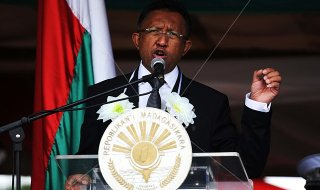 DXR5FX Moramanga. 29th Mar, 1947. Madagascar's president Hery Rajaonarimampianina (C) speeches during a ceremony in Moramanga, 110 km northeast of capital Antananarivo on March 29, 2014. Madagascar commemorated on Saturday the date of March 29, 1947, which is historic for Malagasy people for their uprising against France. © He Xianfeng/Xinhua/Alamy Live News