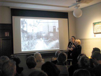 Ilse Polak und Anne Diekhoff während der Lesung. Foto: Landkreis Leer