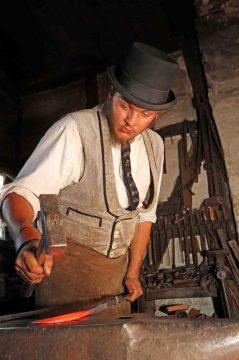 Wandergeselle Alexander Polonis schmiedet das Eisen, solange es heiß ist. Foto: LWL/Jähne