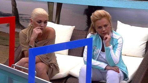 Natalia und Marijke Amado hören sich betroffen Jenny Elvers Alkoholbeichte an. Foto: © SAT.1