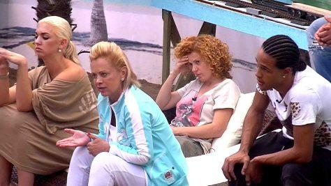 Natalia und Marijke Amado, Lucy und Simon Desue hören sich betroffen Jenny Elvers Alkoholbeichte an. Foto: © SAT.1