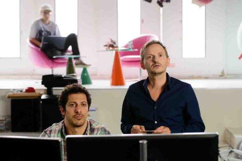 Thomas (Milan Peschel, rechts) wird auf die Idee gebracht, bei Familienaufstellungen Frauen aufzureißen. Daniel (Fahri Yardim) ist mäßig begeistert. Foto: Stefan Erhard/Constantin Film